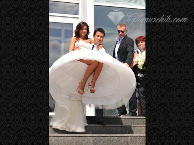 Подглядывания под юбку невест фото